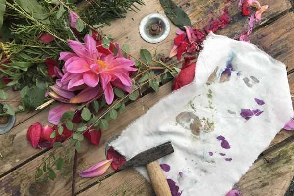 blomsteraftryk med hammer