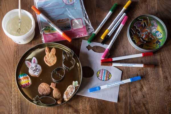 påskekager med barnets tegning af spiseligt papir og spiselige tuscher