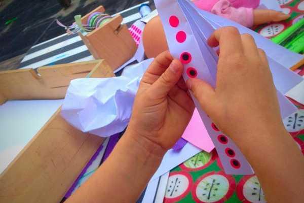 Vifte af papir pyntet med klistermærker