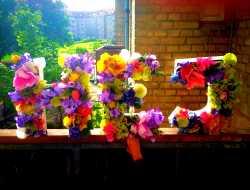 Blomsterbogstaver - bogstaver med kunstige blomster i oasis