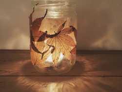 lanterne lysestage syltetøjsglas med efterårsblade blade
