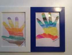 håndsilhuette med regnbuefarver