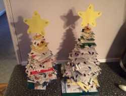 juletræer på grillspyd af genbrug og reklamer