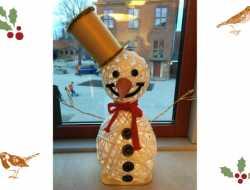 snemand af bastbånd, tapetklister og ballon