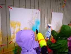 Sprøjt med maling uden for med flydende akvarelmaling