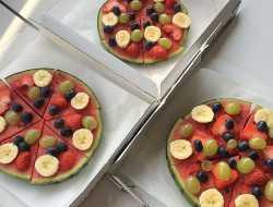 Lav pizza af vandmelon og pynt med frugt og bær