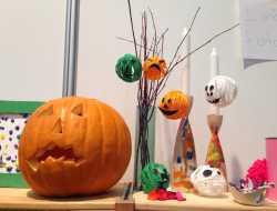 Garnkugler af garnrester og lim til halloween